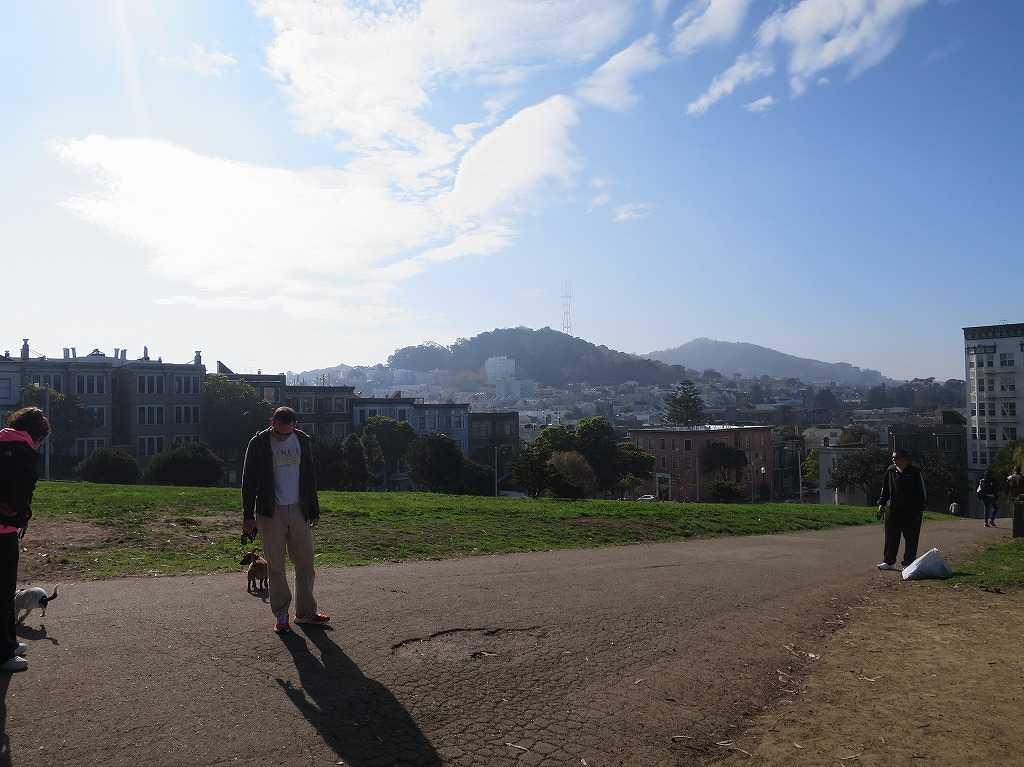 山(高い丘?)が見えるアラモスクエア