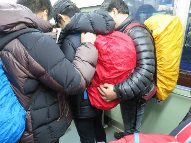 赤・青・黄色の韓国の若者