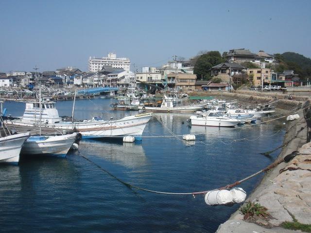 石積みの波止に囲まれた鞆港