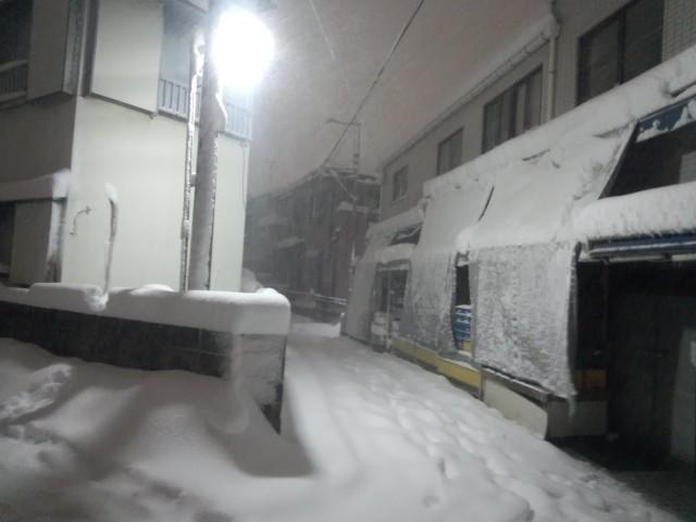 大雪の日、八王子市元横山町の狭い路地