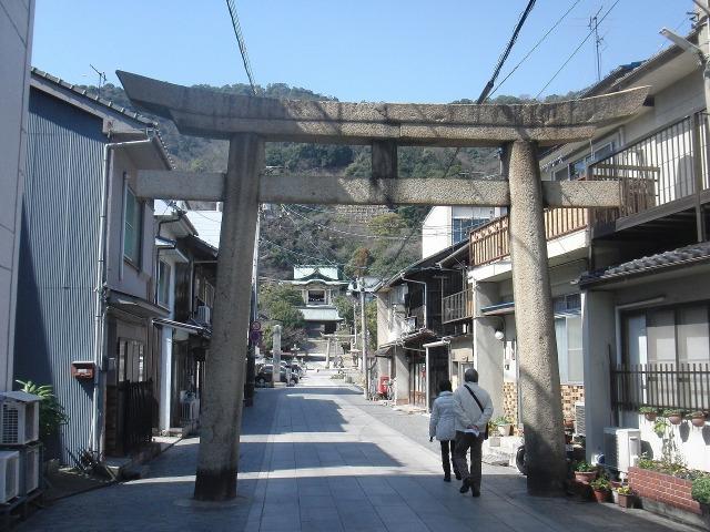 沼名前神社参道の鳥居と沼名前神社(鞆祇園宮)