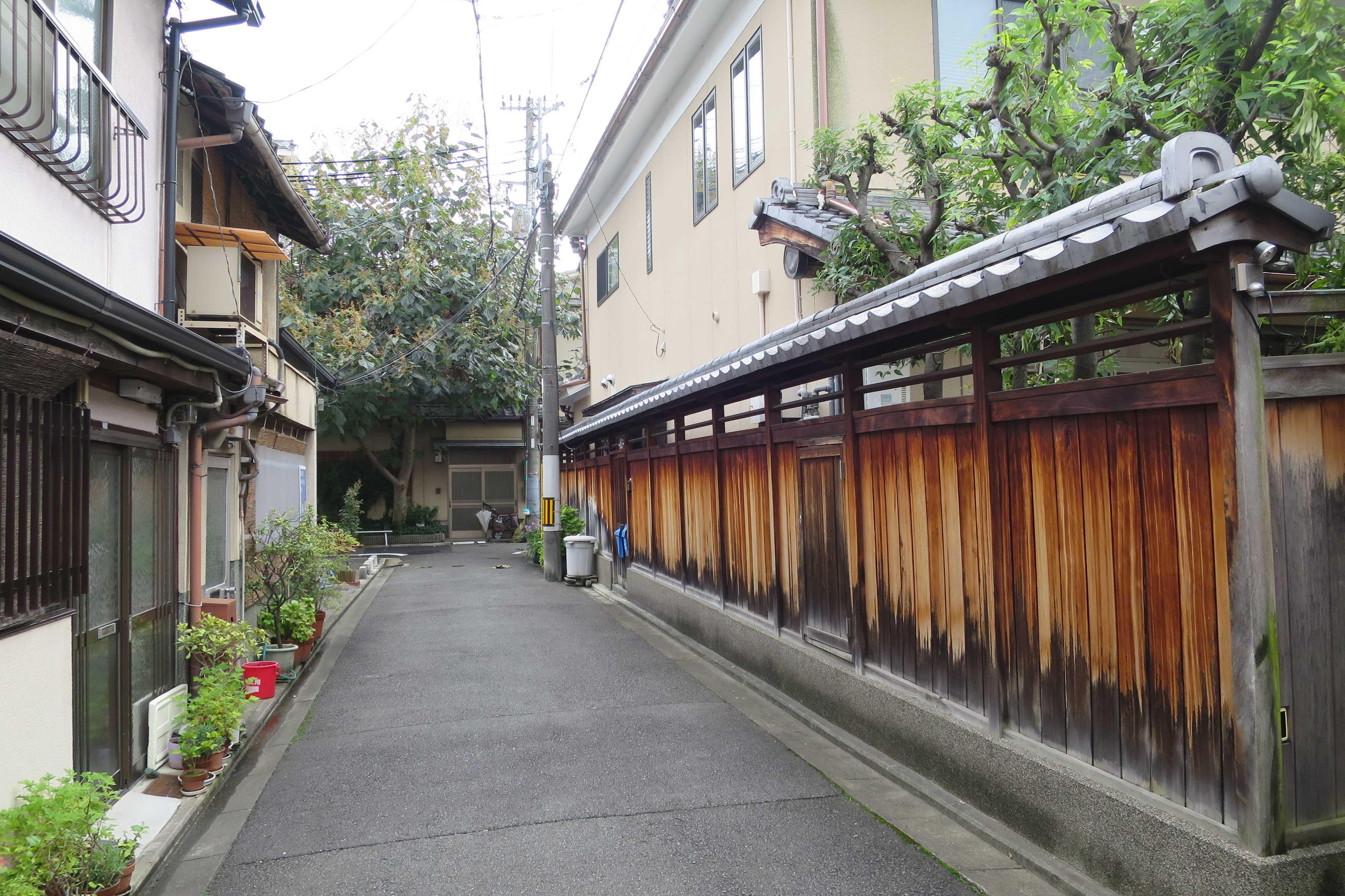 京都・五条楽園 - 焼杉板の色が美しい家