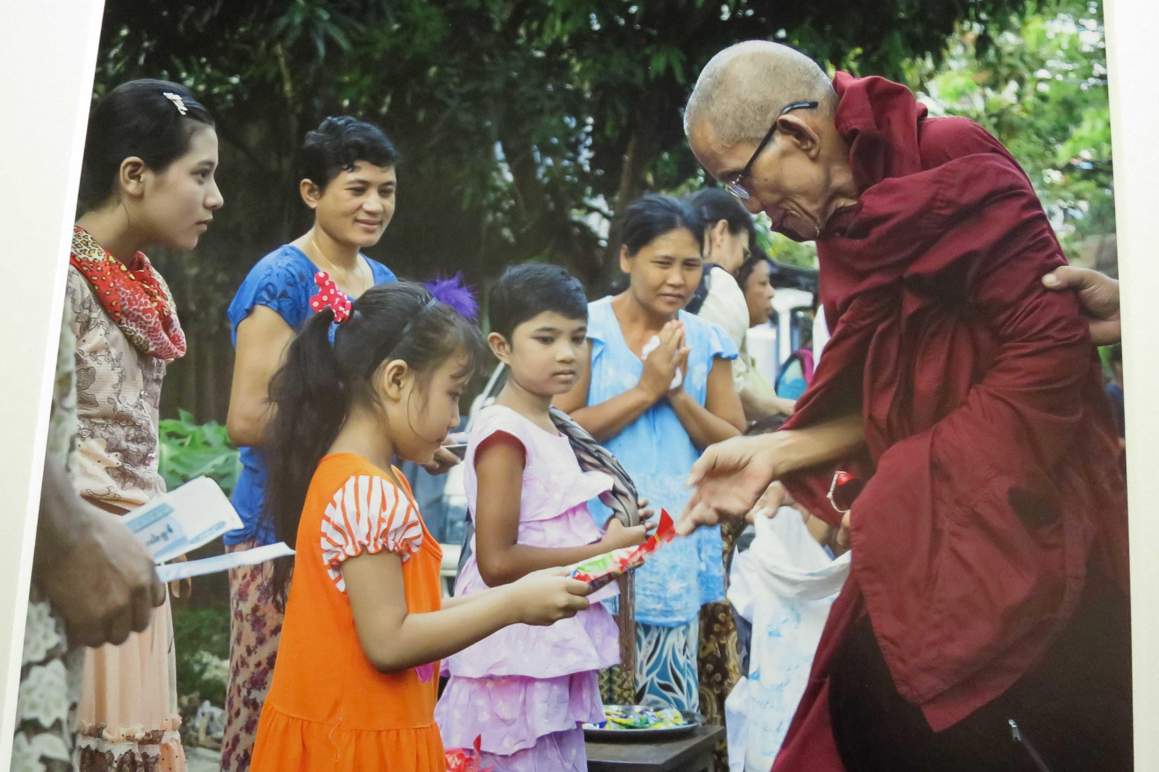 幼い時から僧侶に寄付することを教える両親 - 日本・ミャンマー交流写真展