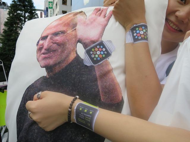 Apple Watch(アップルウォッチ)を腕にはめるスティーブ・ジョブズ