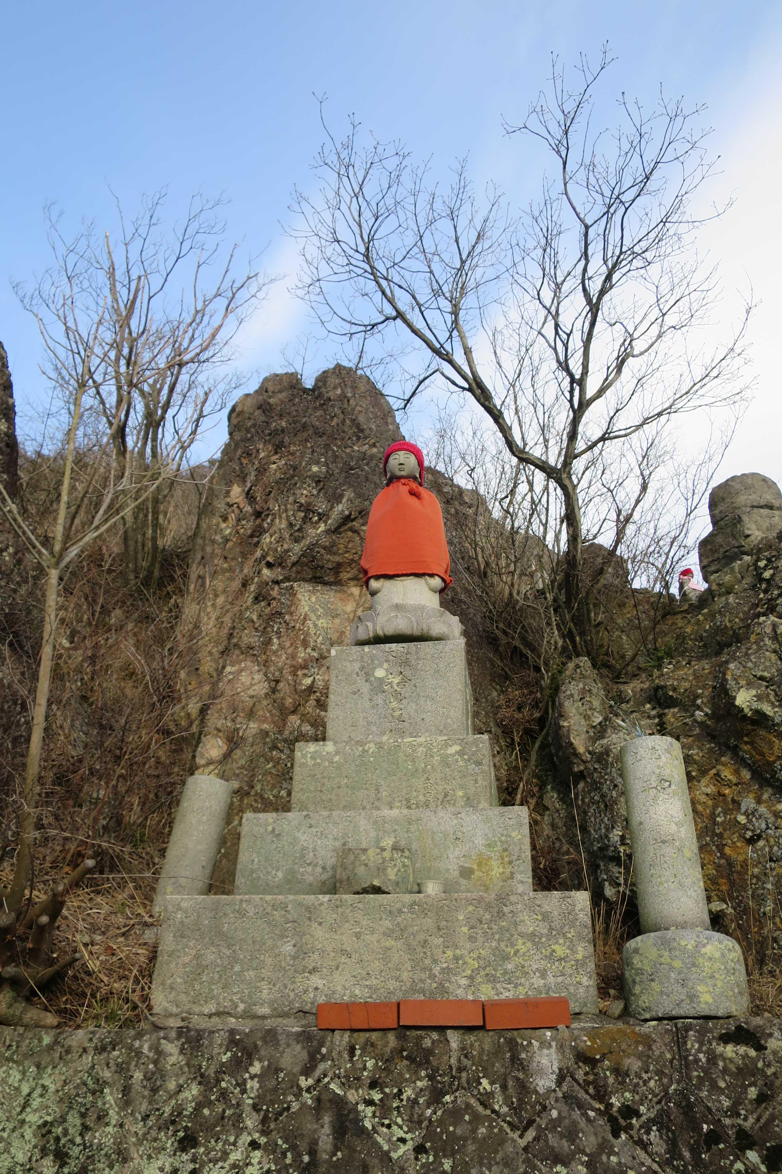 護摩壇と稚児大師像 - 奥の院捨身ヶ嶽禅定