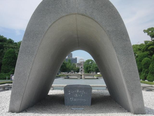 原爆死没者慰霊碑: 安らかに眠って下さい 過ちは 繰返しませぬから