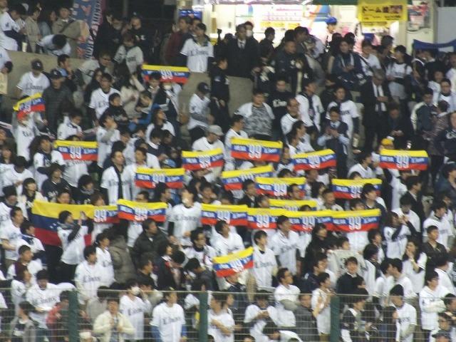 メヒアの祖国・ベネズエラの国旗を模したメヒアタオルを掲げる西武ファン