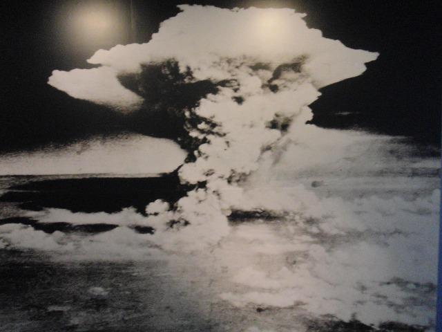 広島への原爆投下によって生じた巨大なキノコ雲