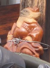 魔除けとして屋根に置かれる鍾馗さん(京都市下京区)