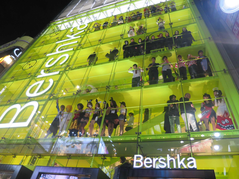 渋谷ハロウィン - Bershka 渋谷店のスケルトンビル