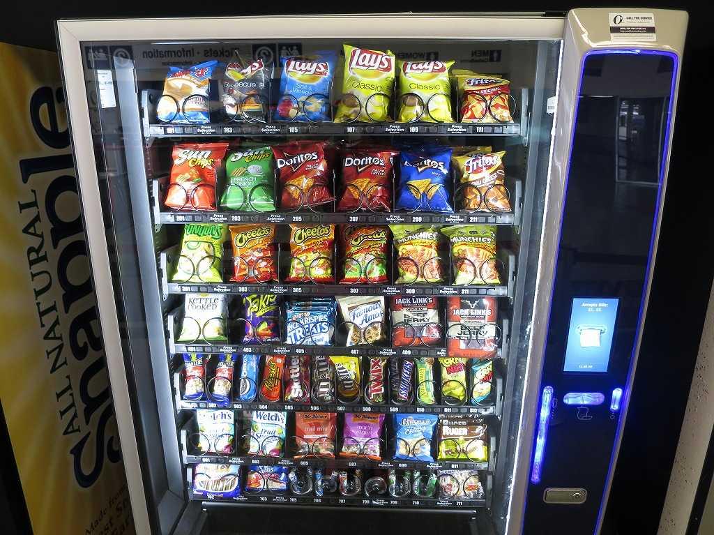 グレイハウンドのバスターミナル内部の自動販売機