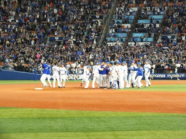 サヨナラ勝ち、喜ぶ横浜ベイスターズの選手たち