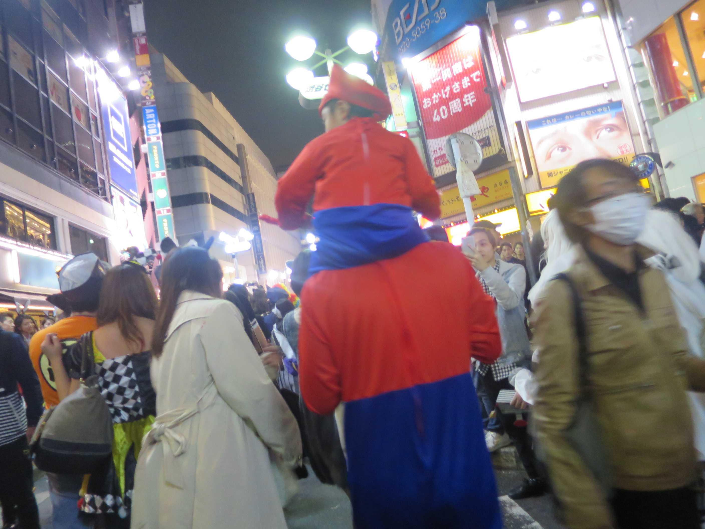 渋谷ハロウィーン - 親子マリオの後ろ姿