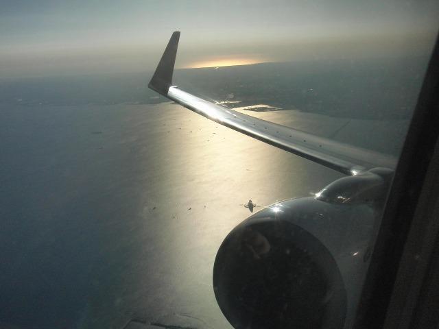 離陸、光る海(東京湾)