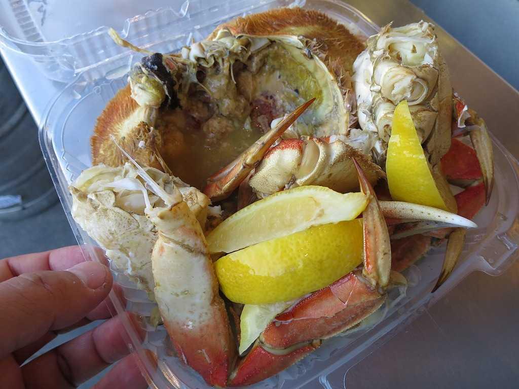 フィッシャーマンズワーフ名物 - 丸ごと茹でた蟹(かに)