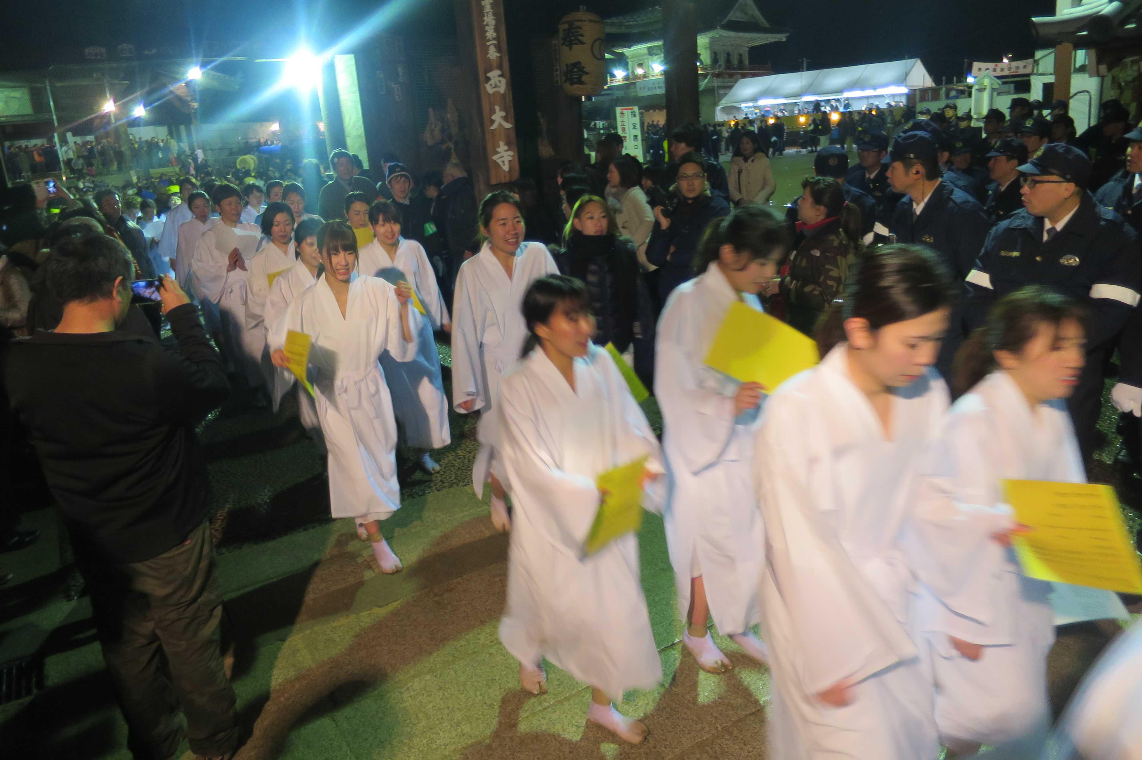 西大寺会陽 - 仁王門を抜ける滝衣の女性たち