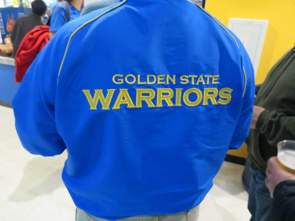 オラクル・アリーナ - スタッフの背中 「GOLDEN STATE WARRIORS」