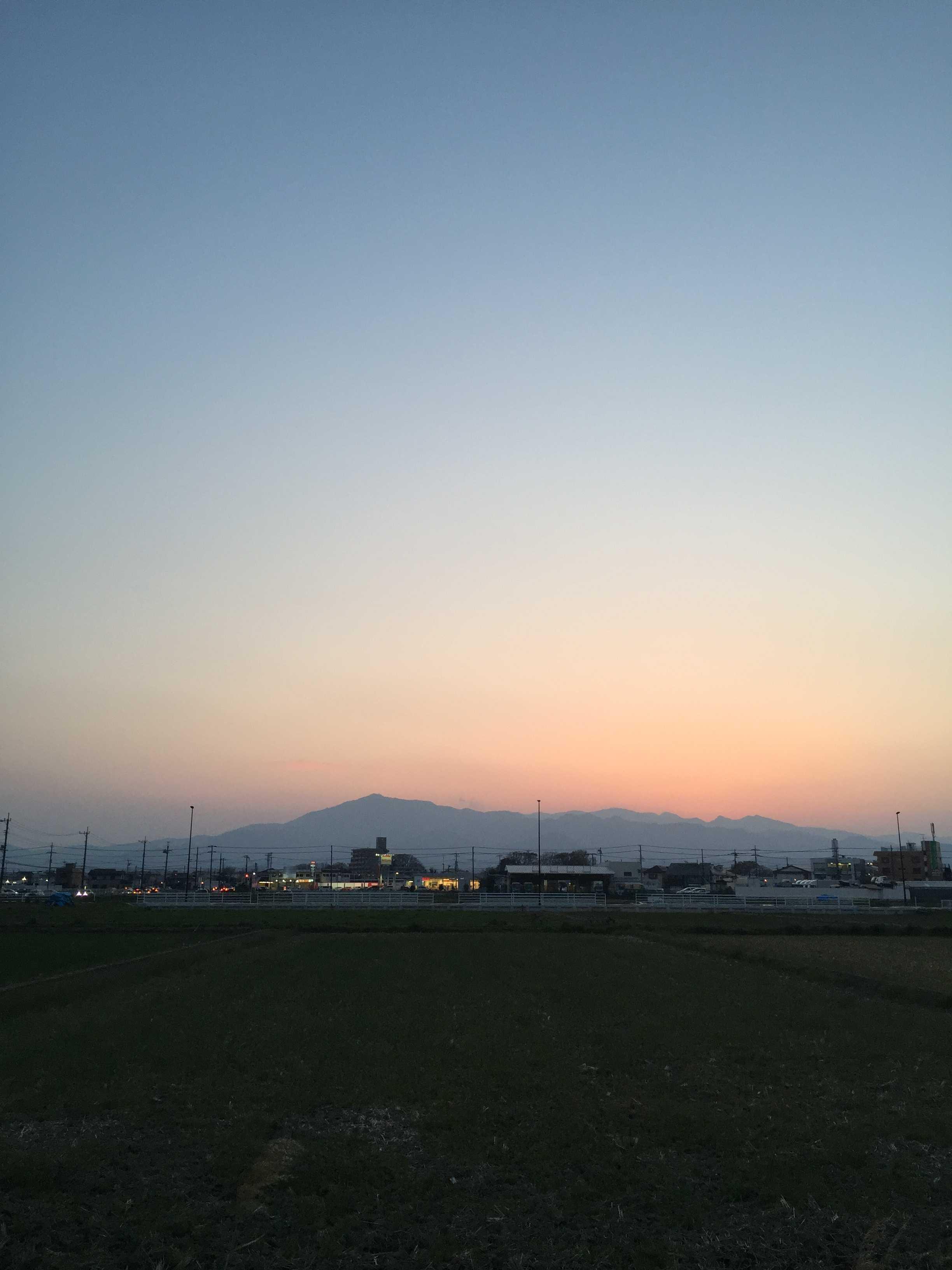 海老名駅前から見た丹沢山塊の夕暮れ