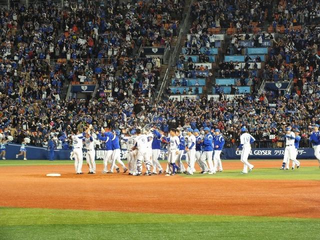 サヨナラ勝ち、喜びの横浜ベイスターズの選手達