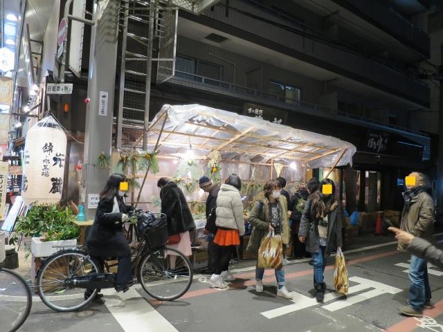 錦市場でお正月の注連飾りを売る露店