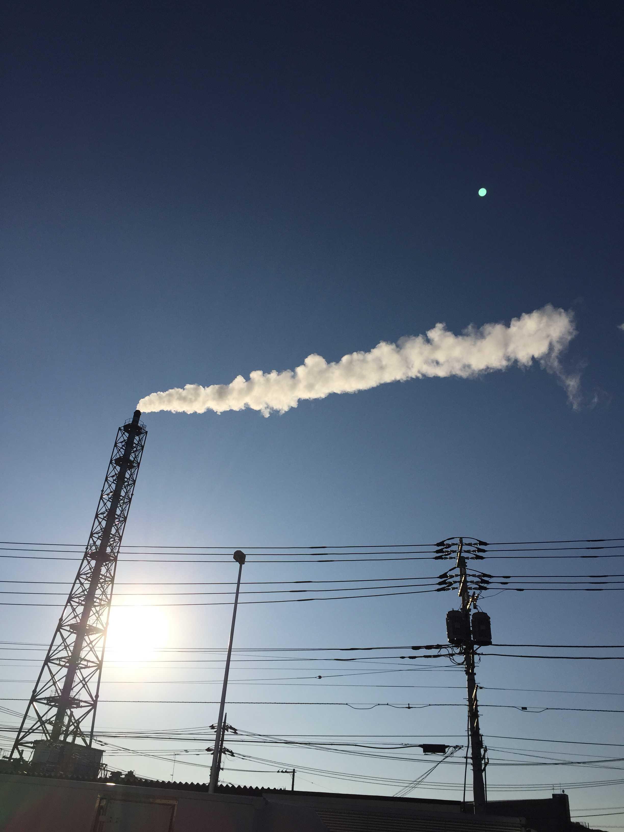 橋本五差路近くの煙突の白い煙