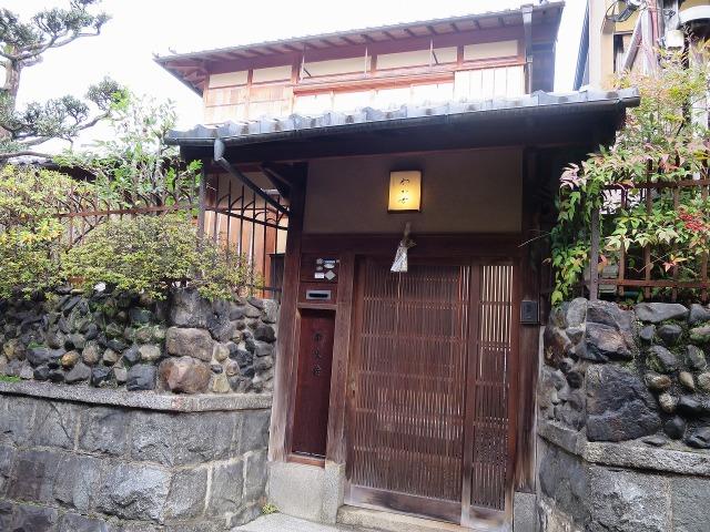 石塀小路の民家の格子戸