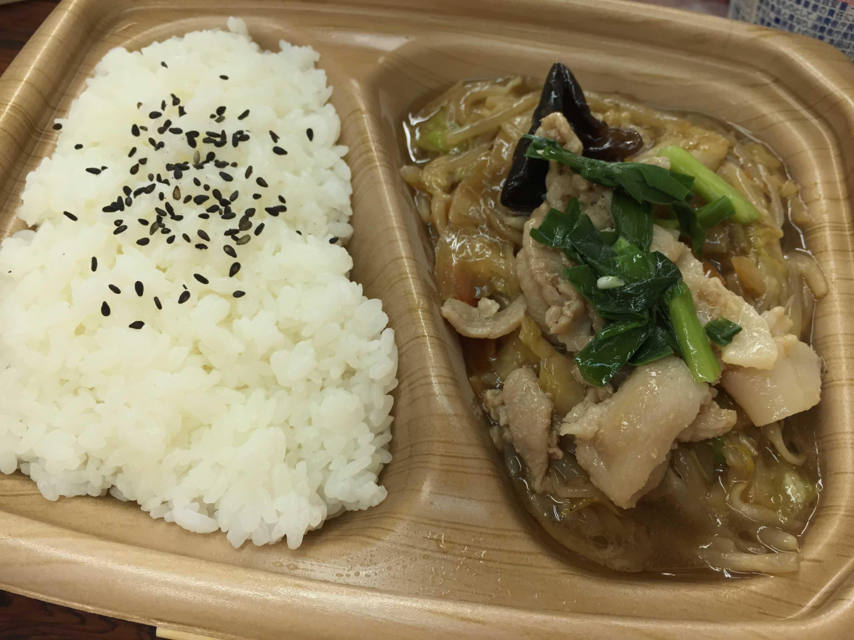 温め終わったローソンの「肉野菜炒め弁当」