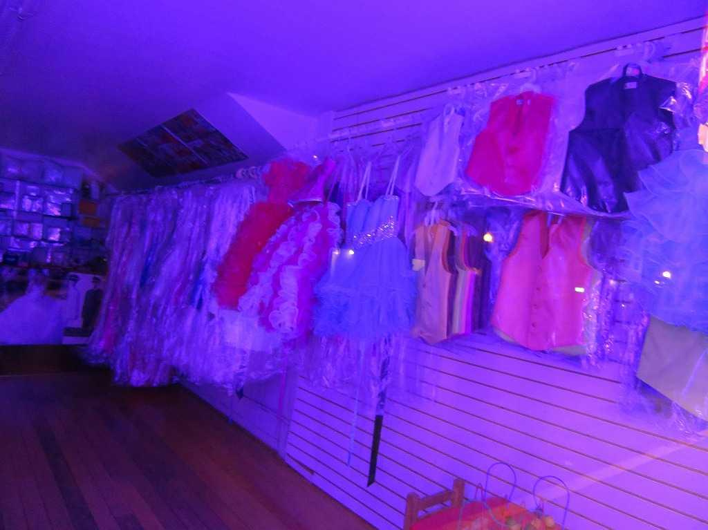 レッドウッドシティー: 紫色に怪しく光る洋服屋