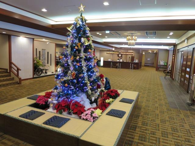 ホテルおかだのロビーのクリスマスツリー
