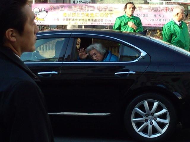 車から手を振る小泉元首相