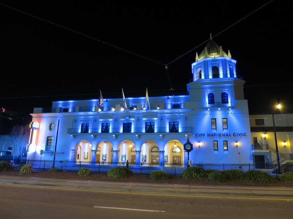 青くライトアップされたシティナショナルシビック劇場(City National Civic)