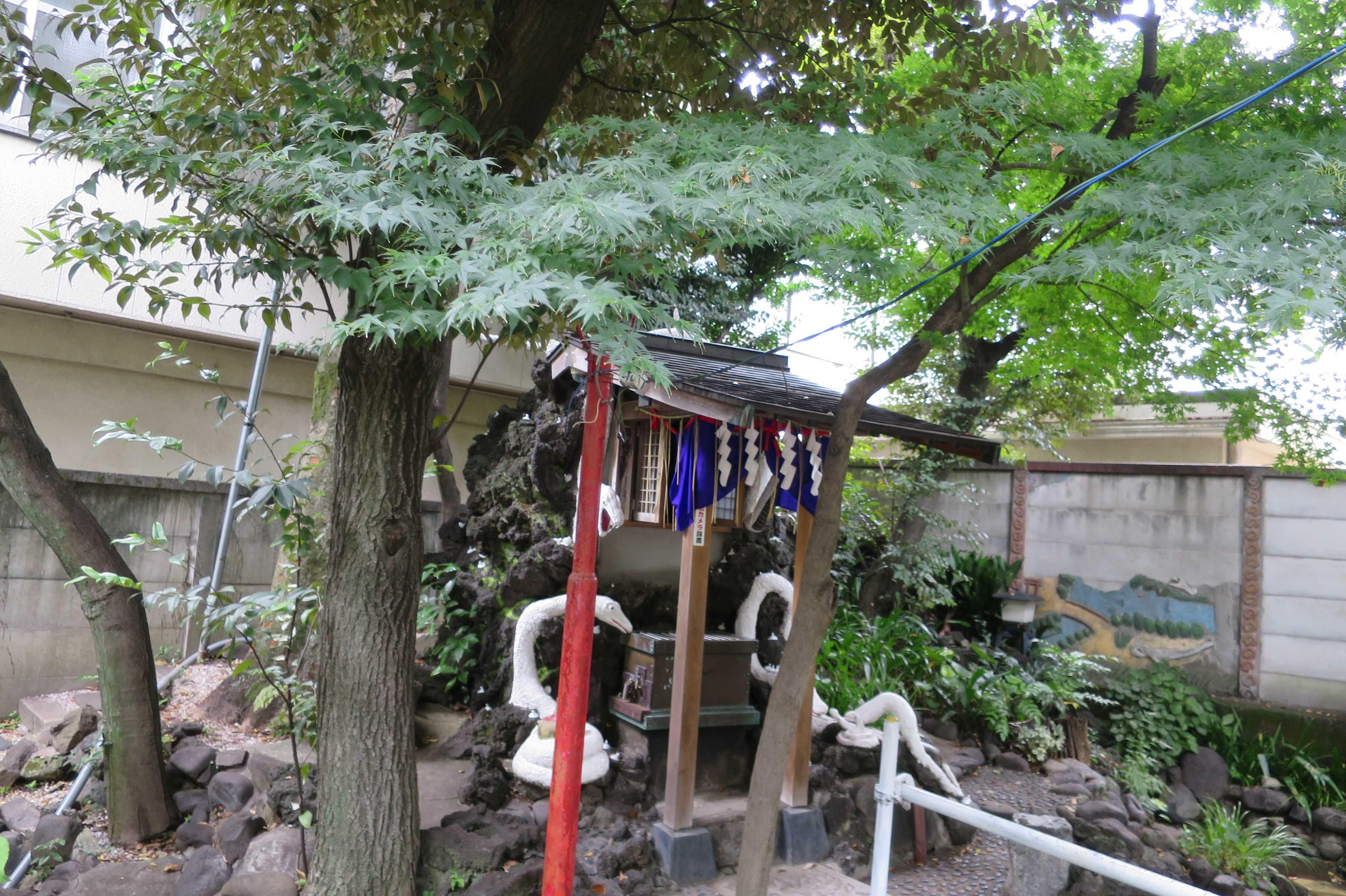 弁財天のモミジの葉っぱ(上神明天祖神社)