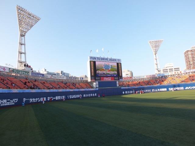 試合開始を待つ横浜スタジアム