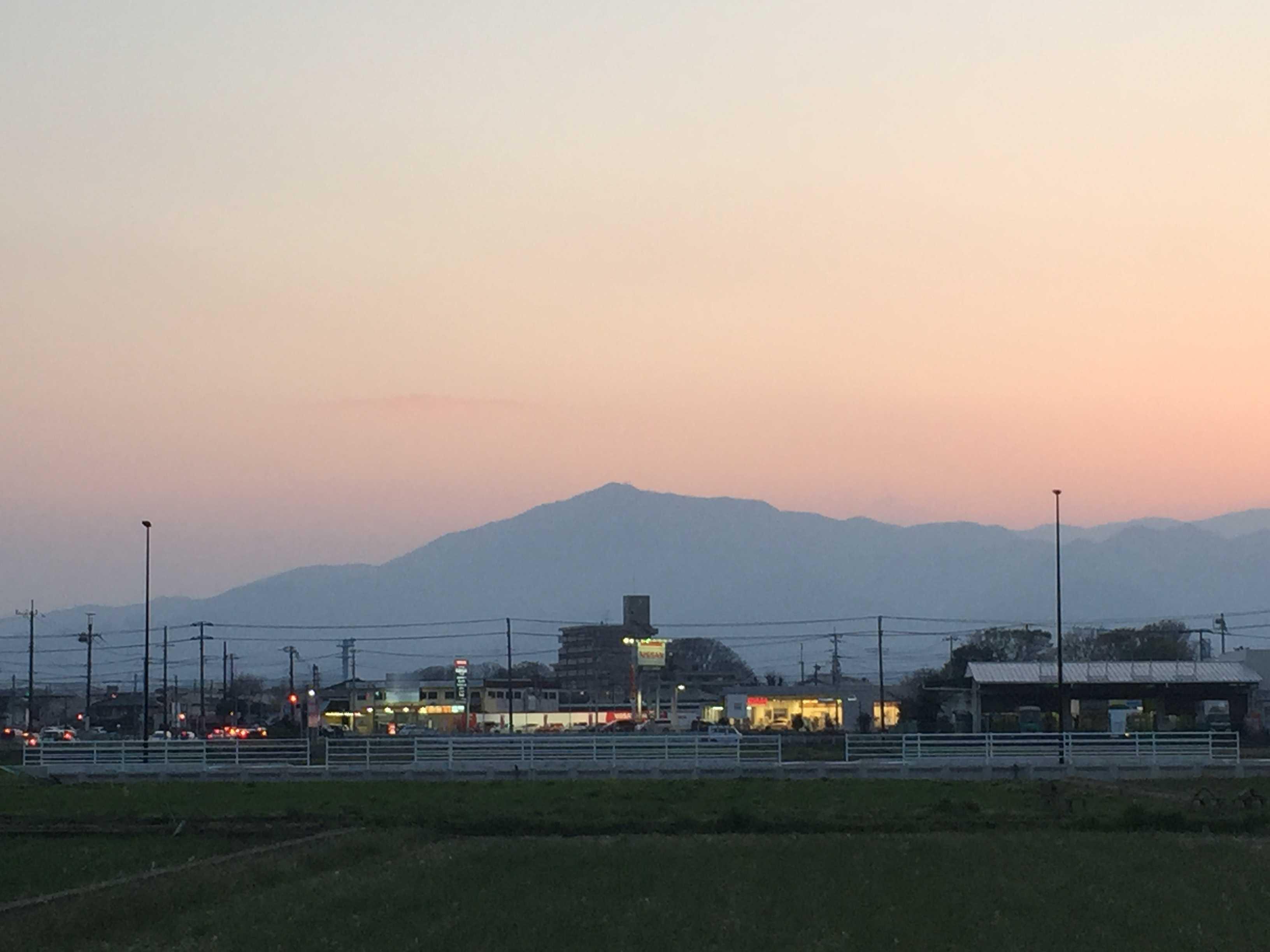 海老名駅前から見た大山の夕暮れ