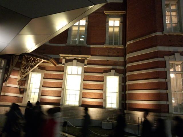 夜の東京駅 赤レンガ駅舎の壁面