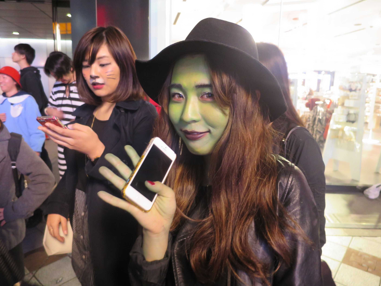 渋谷ハロウィーン - 緑の顔の女性