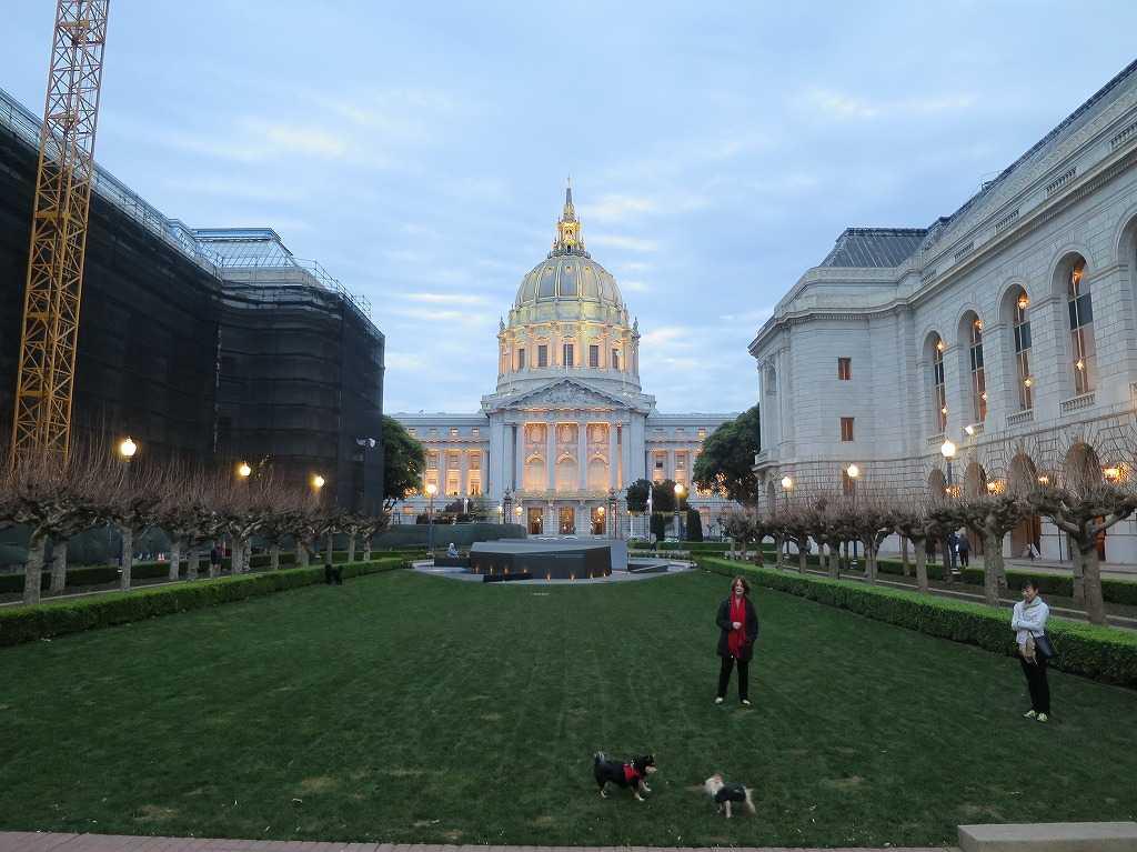 夕暮れ時のサンフランシスコ市庁舎