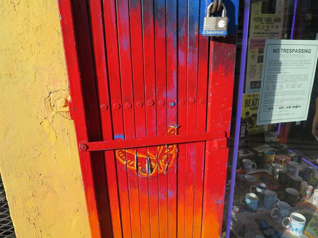 ヘイトアシュベリー - 鮮烈な赤い扉