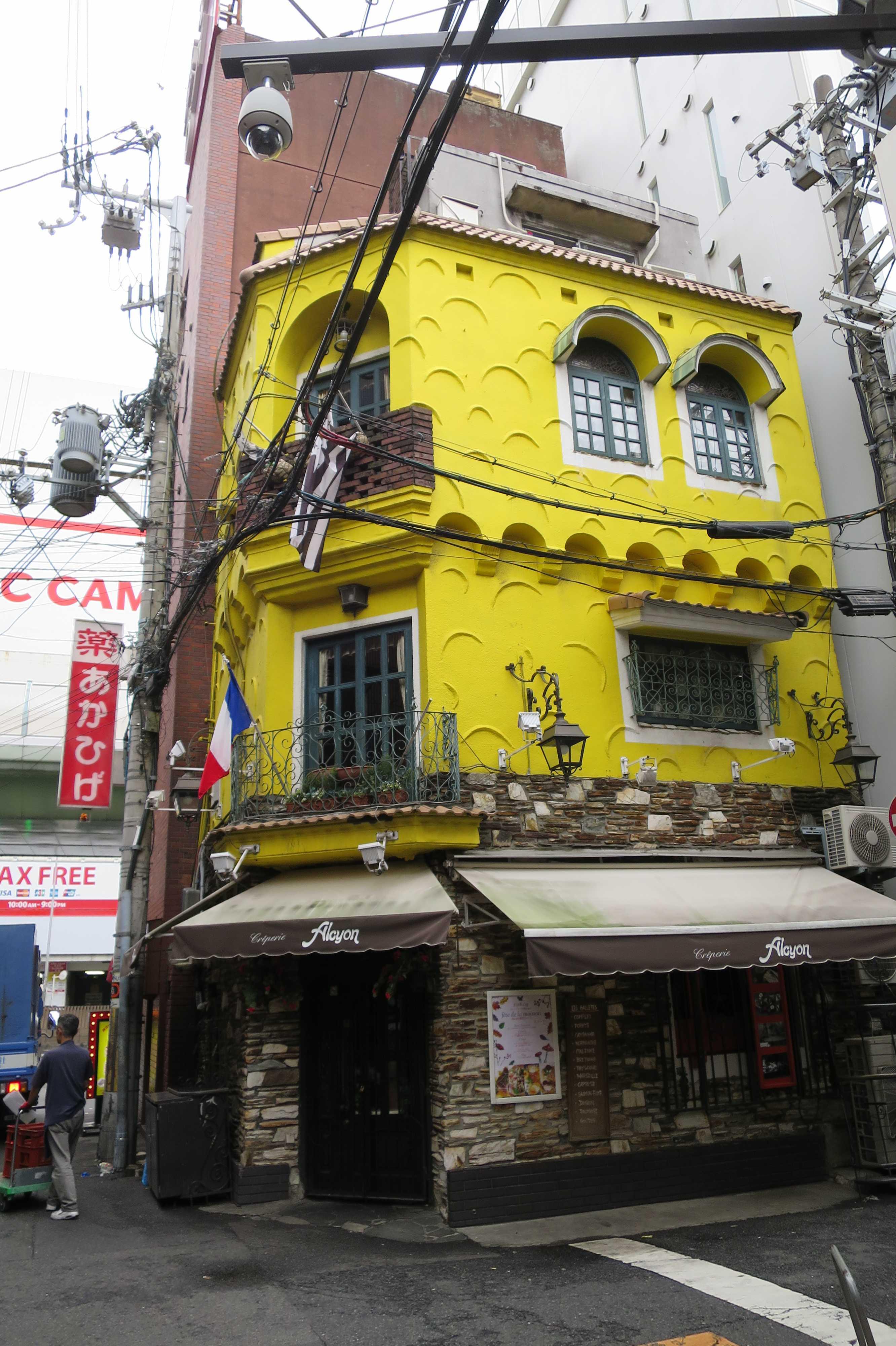 大阪・なんば(難波) - 真っ黄色の壁とシックなレンガが特徴的な 3階建ての洋館