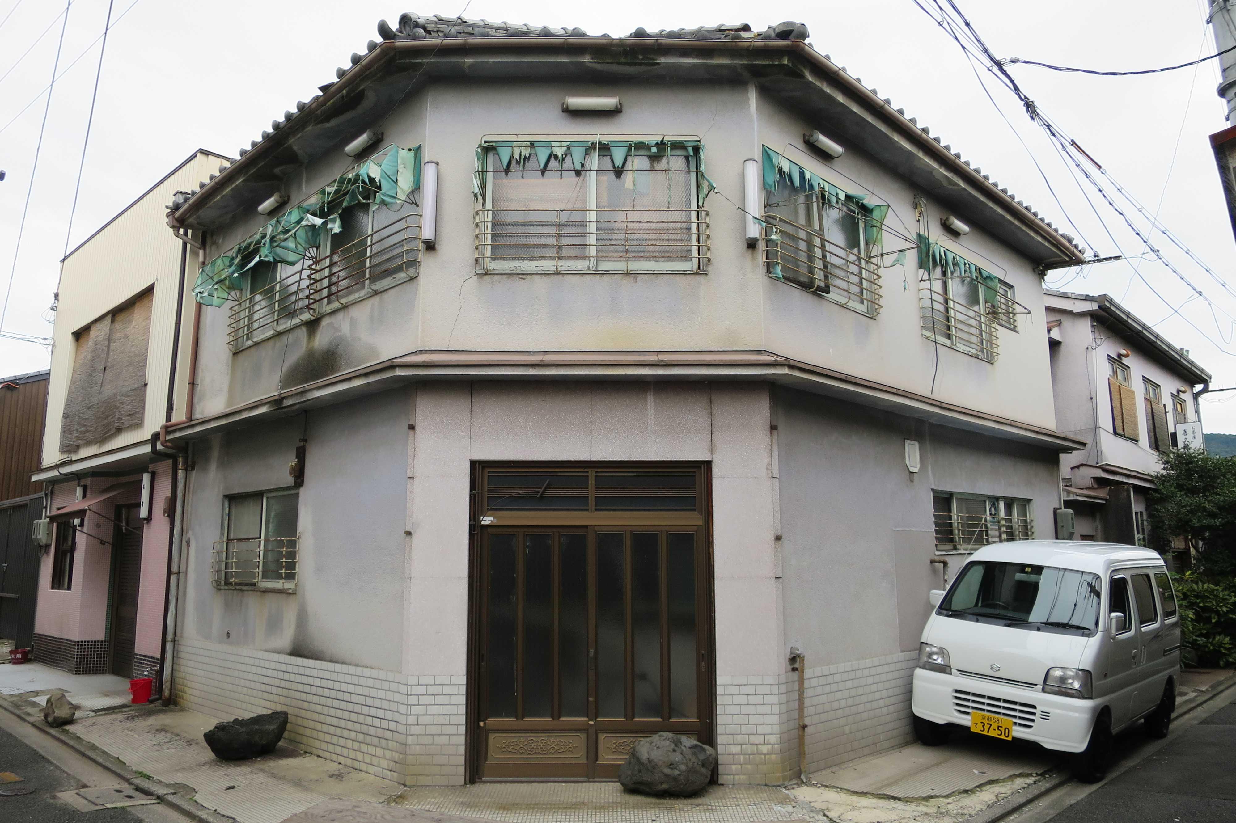 京都・五条楽園 - 2Fの庇テントが風化している角地の建物
