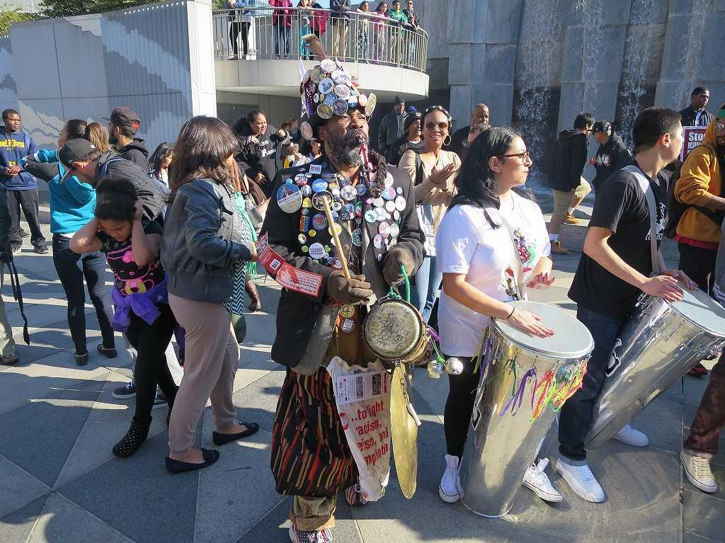 体中にバッジをつけたデモ参加者の黒人