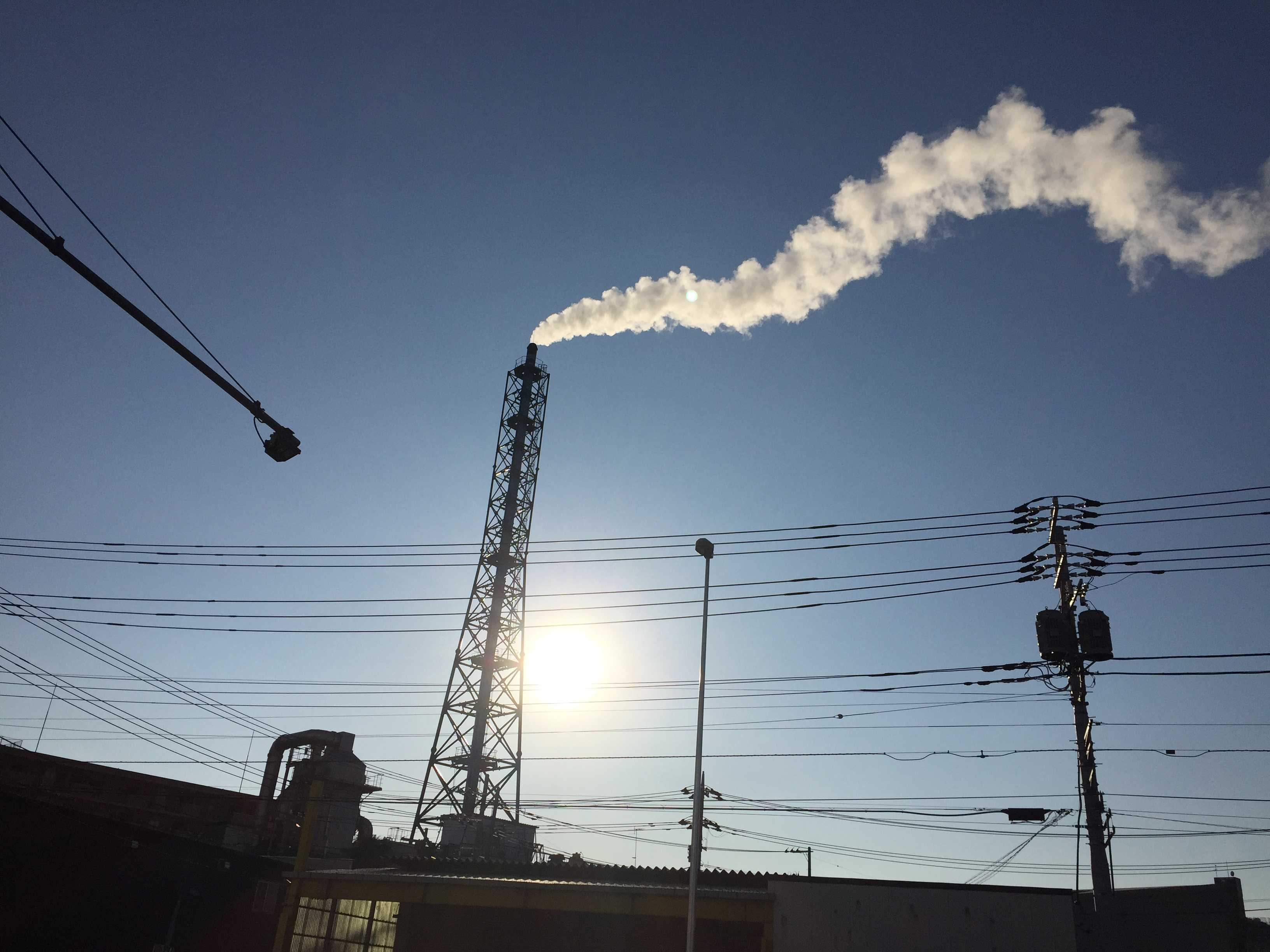 橋本五差路近くの煙突の煙