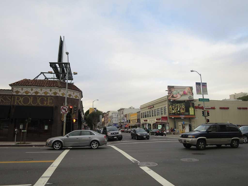 ブロードウェイ(手前)とポーク・ストリート(Polk St)の交差点