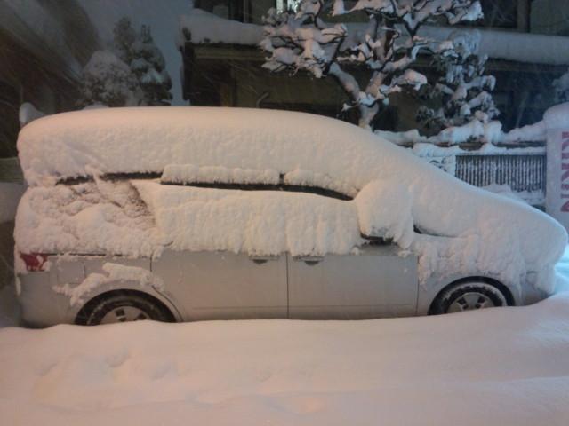 大雪で押しつぶされそうな車