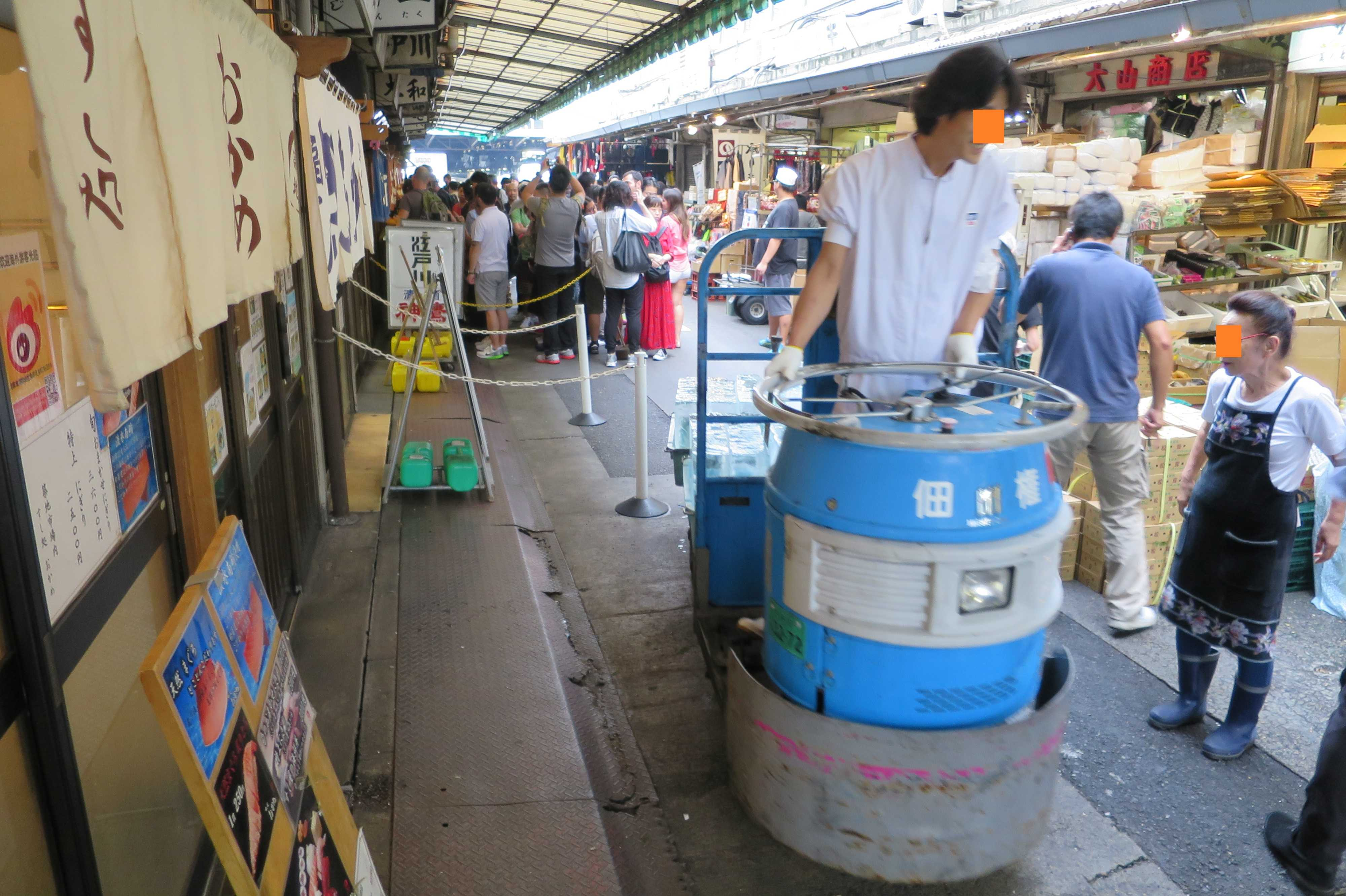 築地市場(場内) - ターレに乗る業者さんと大行列で寿司を待つ外国人観光客
