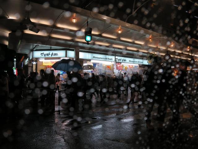 雨の京都四条通