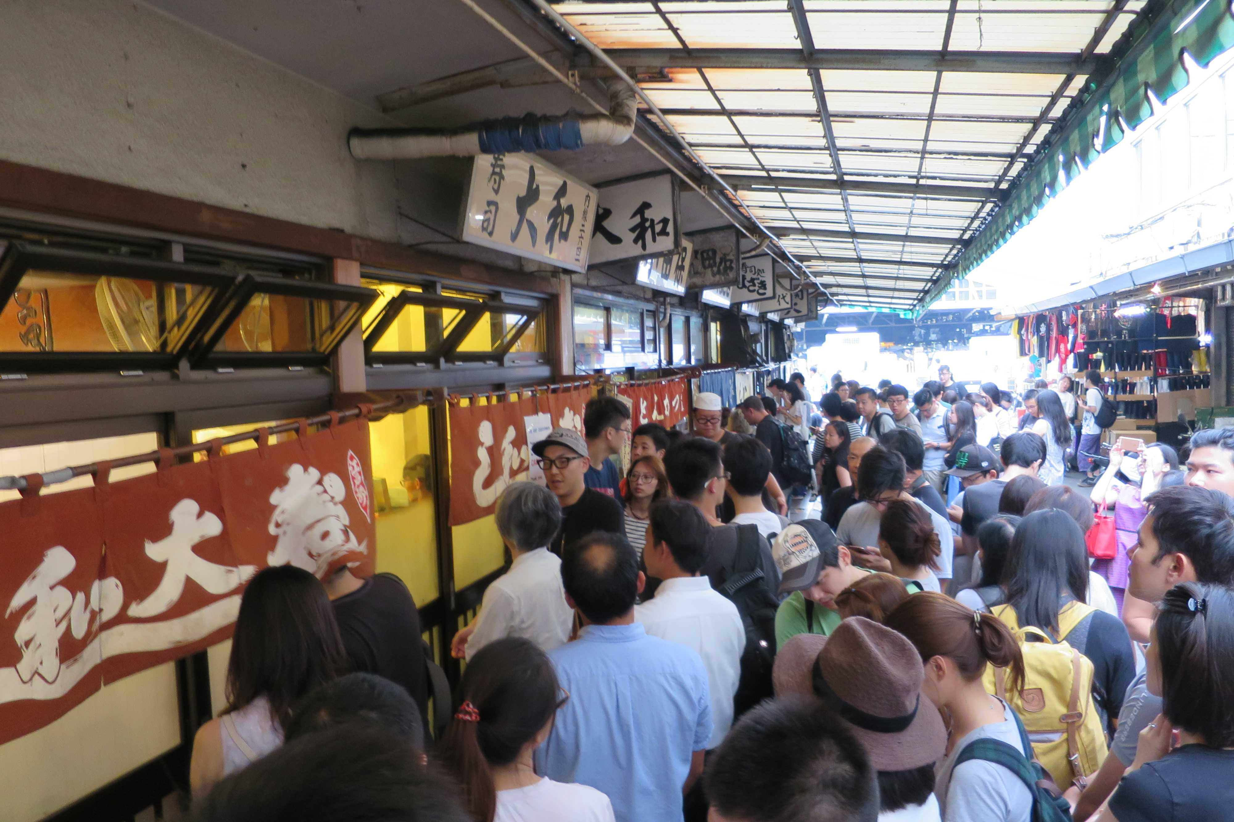 築地市場(場内)の寿司屋「大和寿司」前の大行列