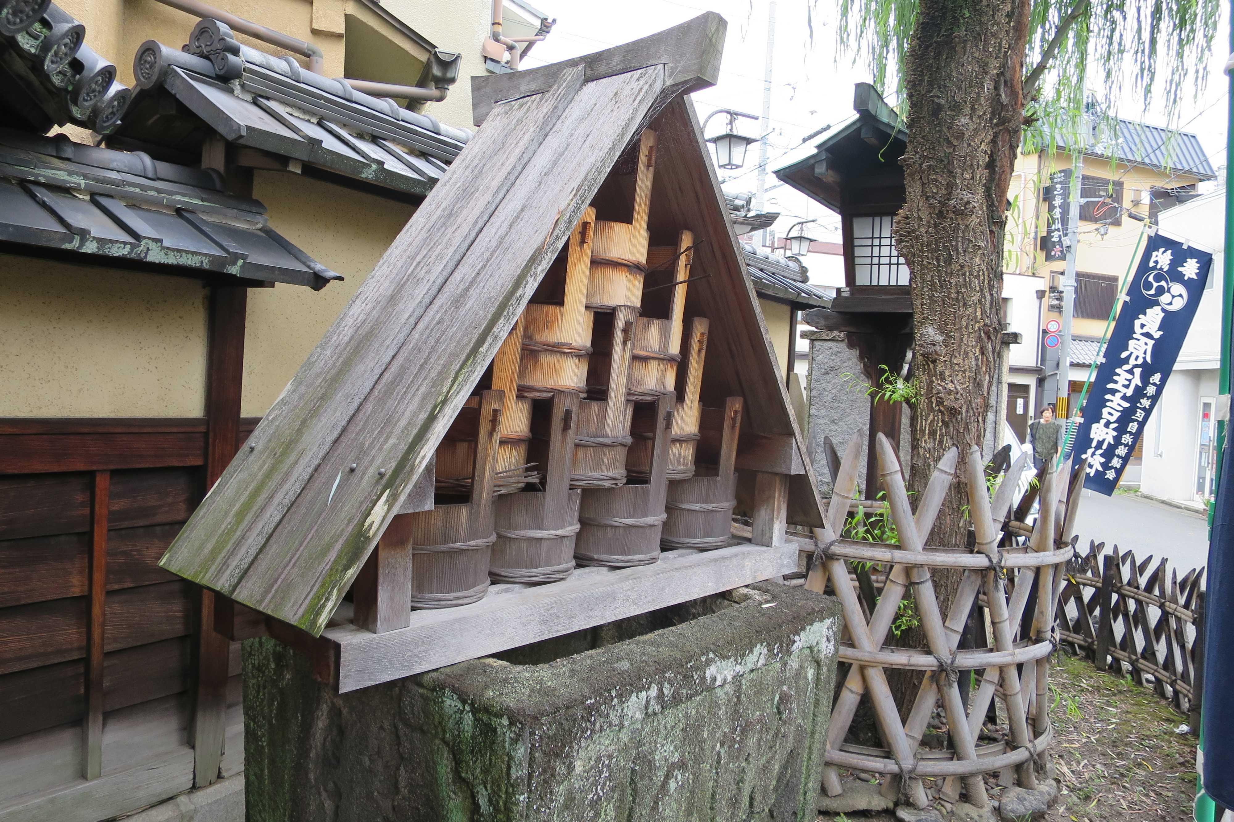 京都 - 島原大門の火消し用の桶