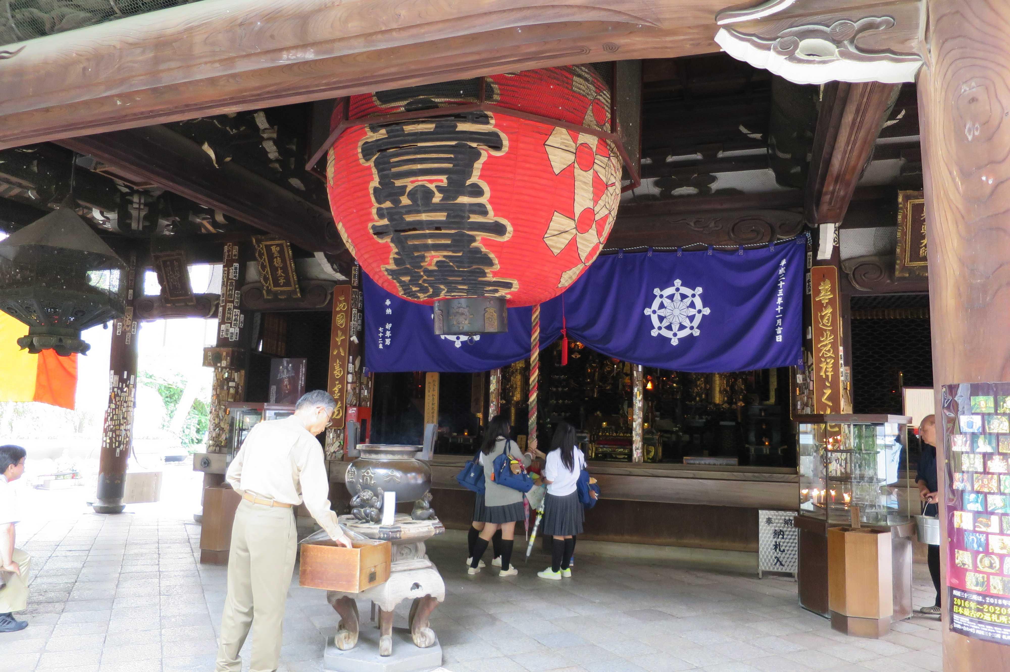 京都・六角堂 - 修学旅行の女子高生のご参拝
