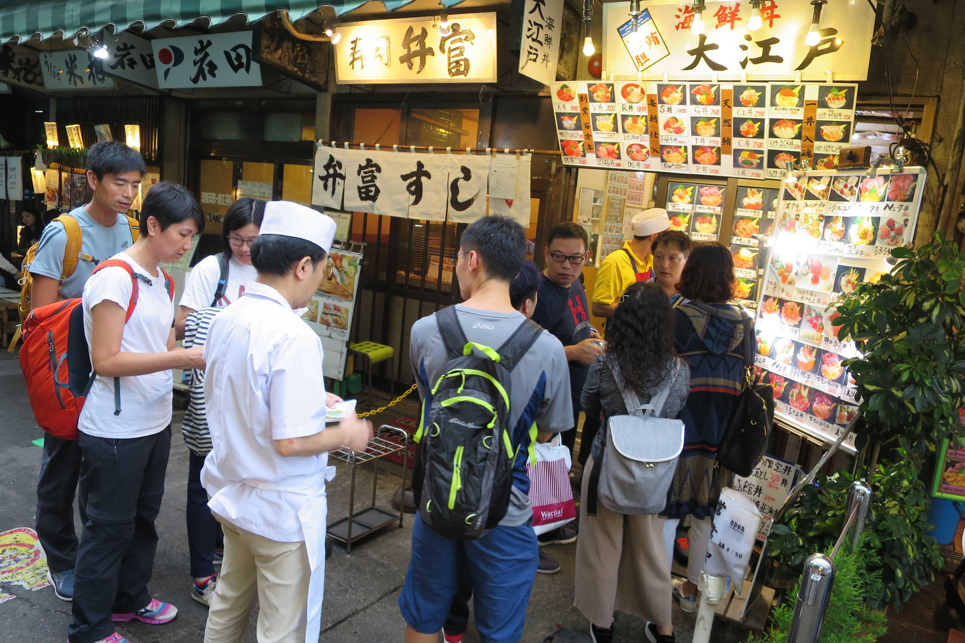 築地市場(場内) - 寿司店の前の順番待ち
